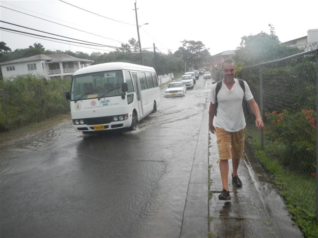 Es regnet so viel, dass die Straßen unter Wasser stehen