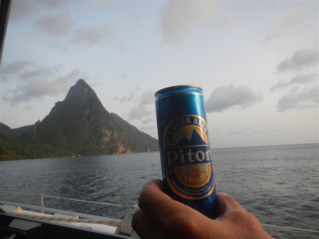 Angekommen in St. Lucia mit seinen Pitons und dem lokalen Bier.