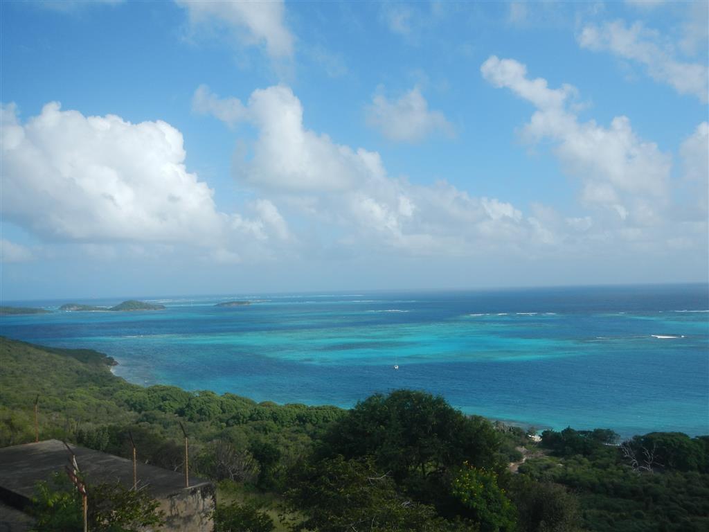 Läuft man hinter die Kirche, hat man einen traumhaften Blick auf die Tobago Cays