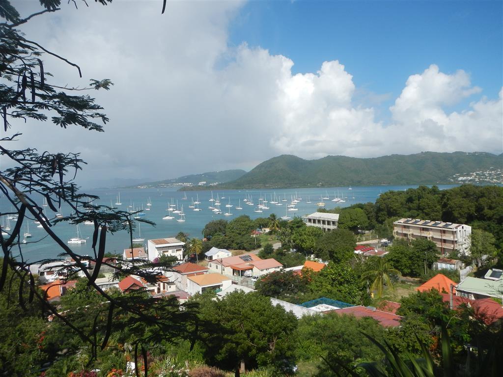 Wir erklimmen den Kreuzgang und haben einen schönen Blick über die Bucht von St. Anne.