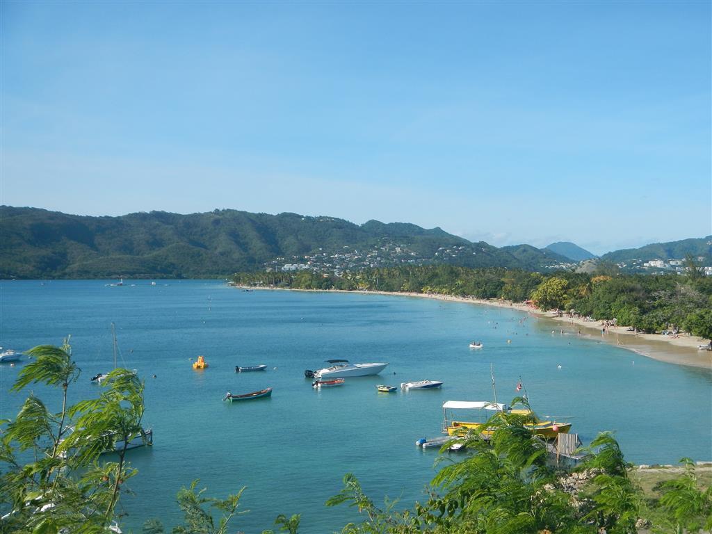 Blick auf den Strand von St. Anne. Am Ende befindet sich der Club Med.