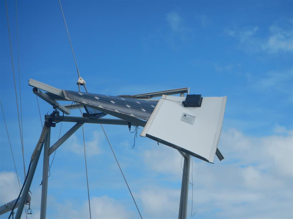 Vom Wind zerlegte Solarpanels