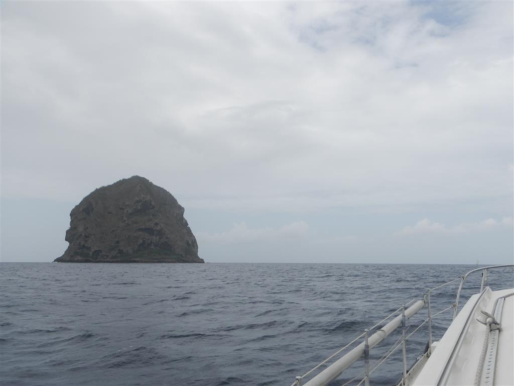 "Auf dem Weg nach Fort de France passieren wir den Fels ""Diamant""."