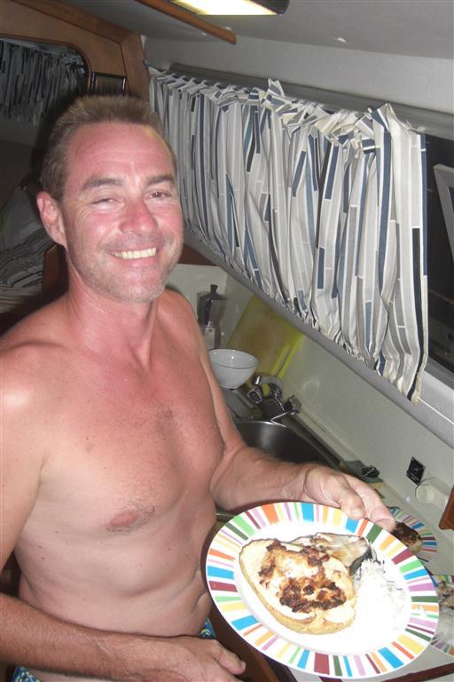 Zum Abendessen gibt es gegrillten Mahi-Mahi mit gefüllter Christophene