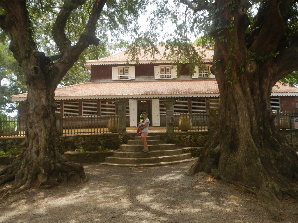 Vor dem wunderschönen Herrenhaus der Habitation Clement