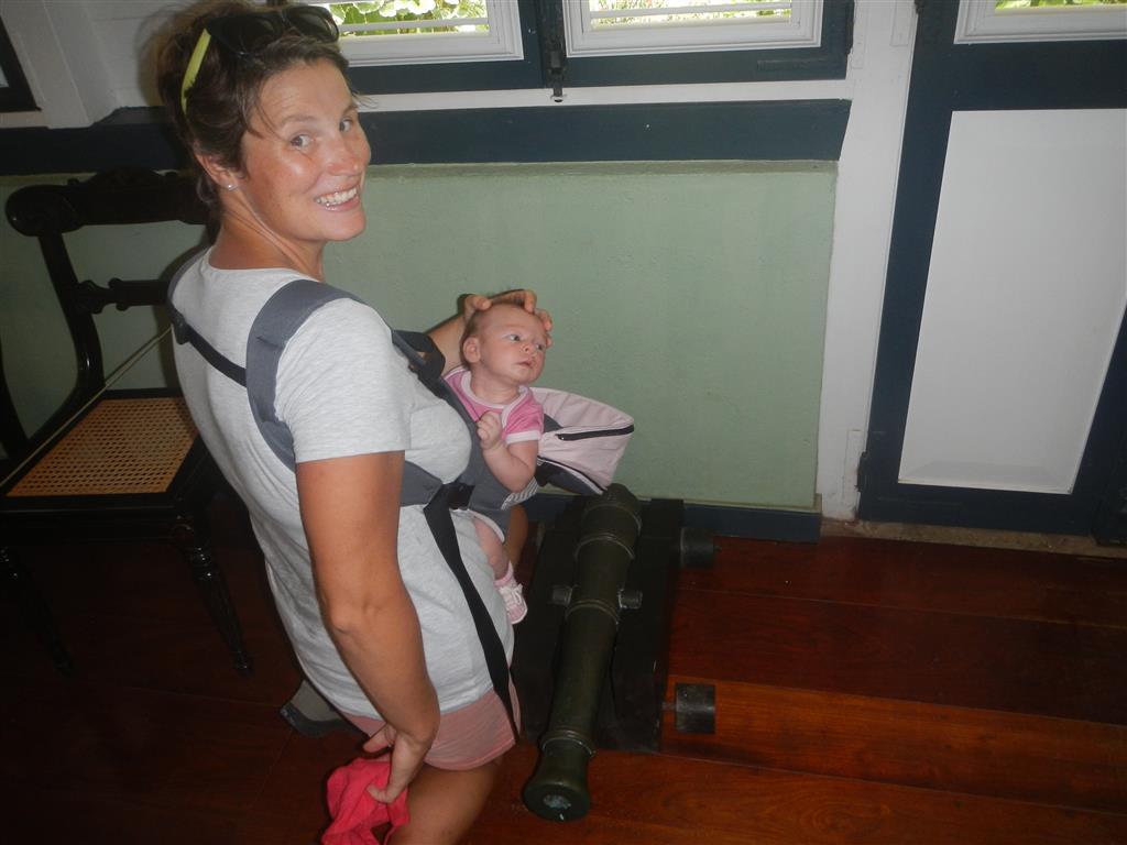 Ganz der Papa wollte Lea gleich mal auf eine Kanone sitzen, diese hätte die richtige Größe!