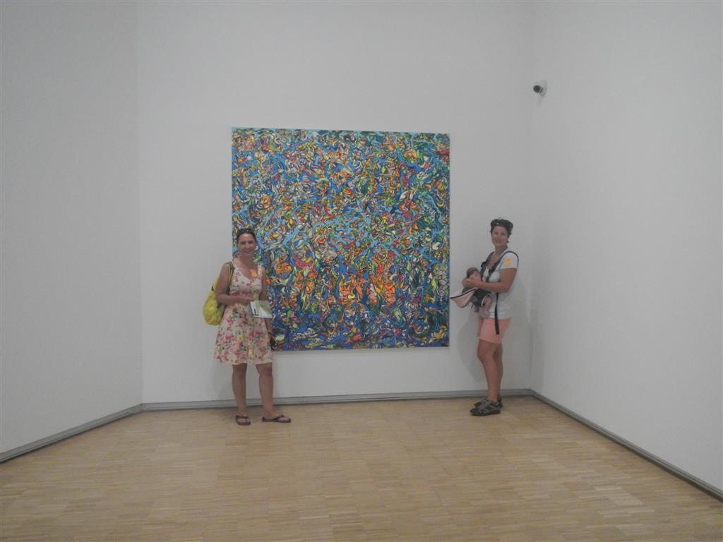 Lea besucht ihre erste Kunstausstellung in der Habitation Clement