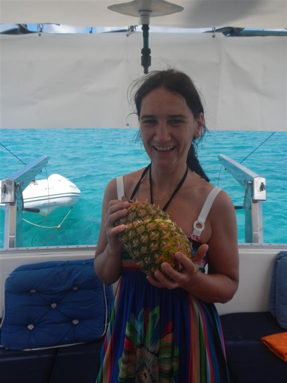 Claudia bekommt endlich die gewünschte Ananas, die auf Martinique gewachsen ist und ganz toll geschmeckt hat