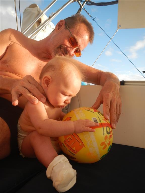 Lea hat einen neuen Ball, den ich aus dem Meer gefischt habe. Da wir in der ersten Reihe zum Stand liegen, schwimmt ab und zu immer wieder Strandgut an uns vorbei, dem wir so gut wie immer hinterher schwimmen.