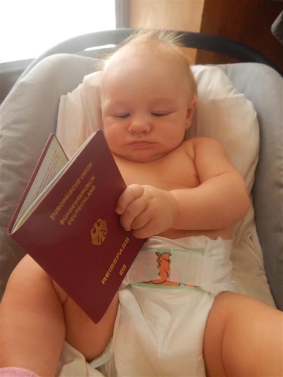 Lea beäugt kritisch ihren Pass.