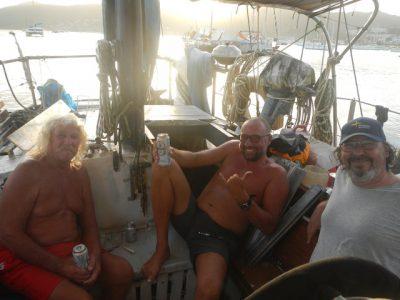"""Chris, Tom und ich besuchen am Abend noch """"Keule"""", einen sympatischen alten Seebären, der seit den 80ern hier ist und holen uns Tipps ab, wie man sich im Notfall in den Mangroven verkattet."""