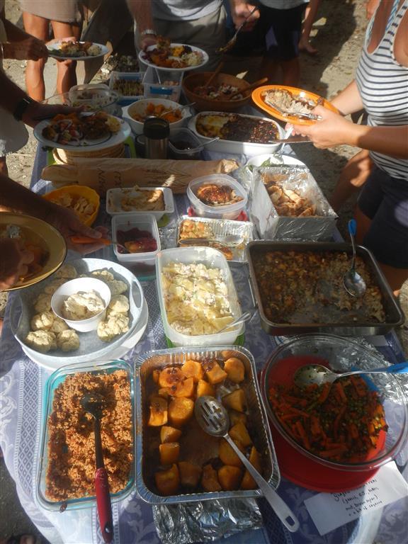 Jeder hat etwas zu essen mitgebracht und so war der Tisch reich gedeckt.