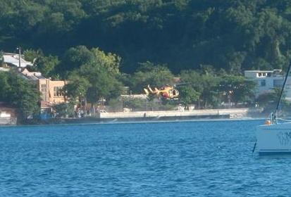 Der Rettungshelikopeter landet auf dem Steg in St. Anne. Was für ein Manöver!