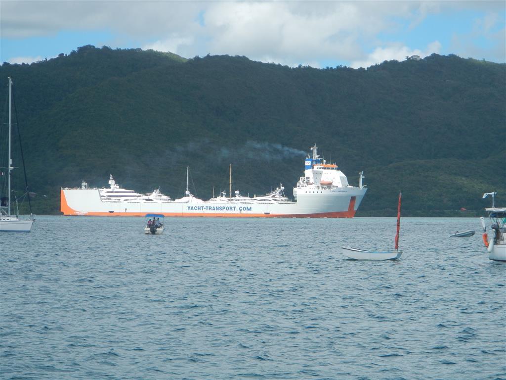 Ein Yachttransport kommt aus dem Mittelmeer hier an.