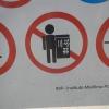 Lustiges Piktogramm am Eingang der Marina
