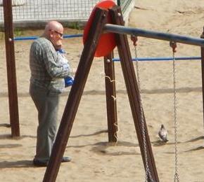 Dieser Mann geht mit seiner Taube an einer Leine spazieren